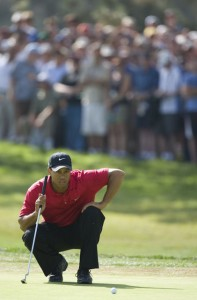 Tiger reading his putt